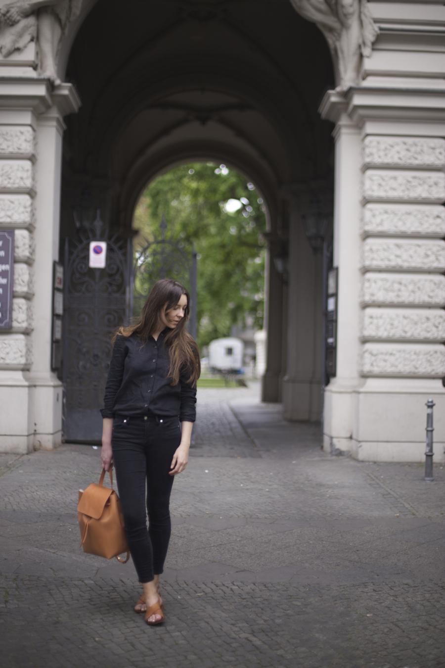 ari_traegt_toteme_linen_shirt_mansur_gavriel_backpack7