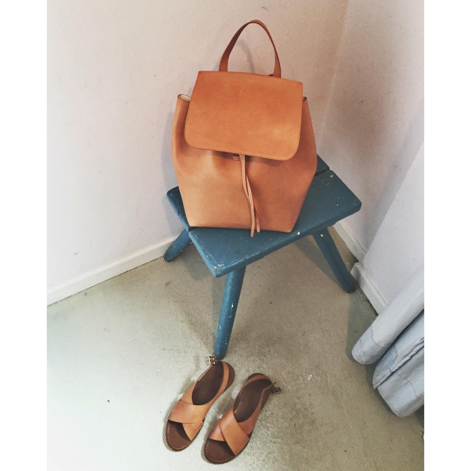 mansurgavriel_backpack_cognac_bag_closed_sandals