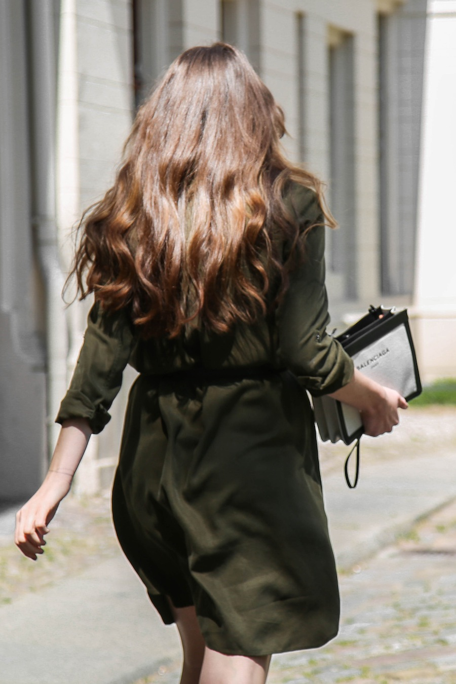 ari_traegt_khaki_dress_balenciaga_canvas_bag