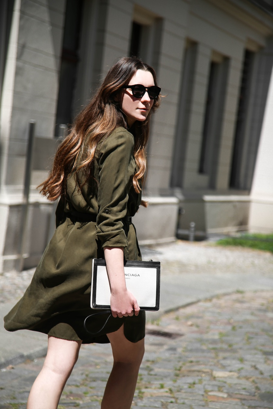 ari_traegt_khaki_dress_balenciaga_canvas_bag7