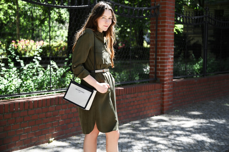 ari_traegt_khaki_dress_balenciaga_canvas_bag8