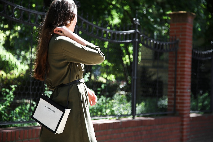ari_traegt_khaki_dress_balenciaga_canvas_bag9